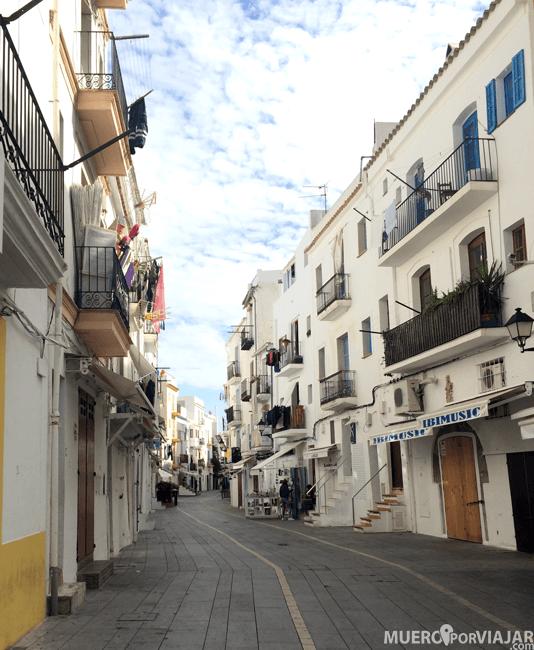 Las calles de Dalt Vila son muy bonitas, con el típico blanco de la isla de Ibiza