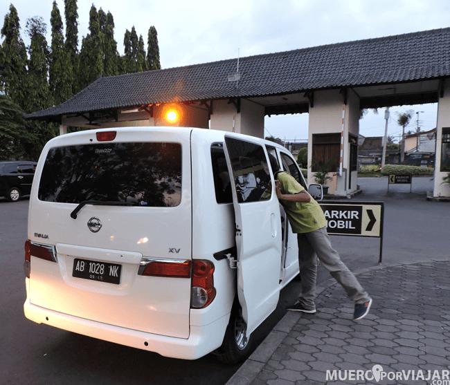 Entrada y parada de los taxis en Prambanan