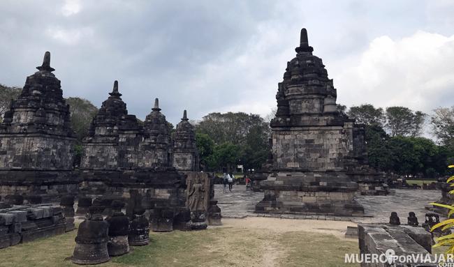 Candi Lumbung situado en el centro de Prambanan