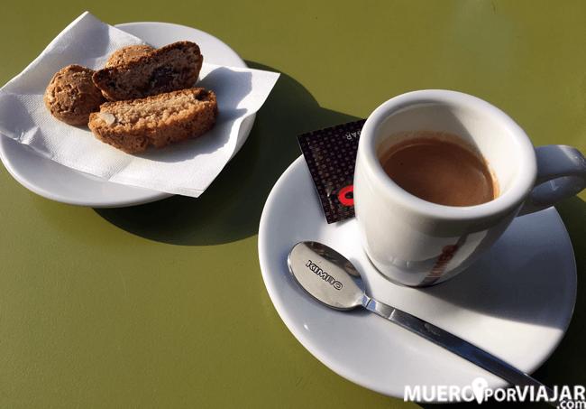 No puede faltar un espresso y nos pusieron unas pastitas para acompañar!