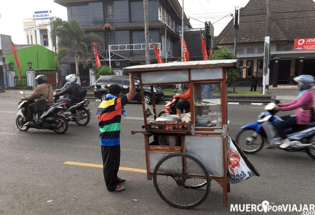 En Yogiakarta circulan muchas motos y puestos de comida callejeros