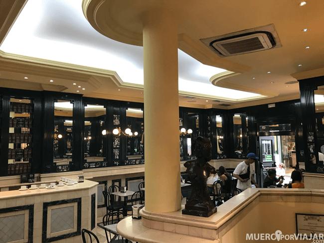 El interior de San Ginés es muy bonito y tiene muchas mesas en el exterior