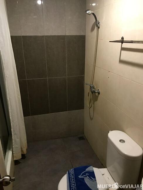 El baño con la ducha directamente al suelo, es algo aparatoso porque cuando te duchas se queda todo mojado