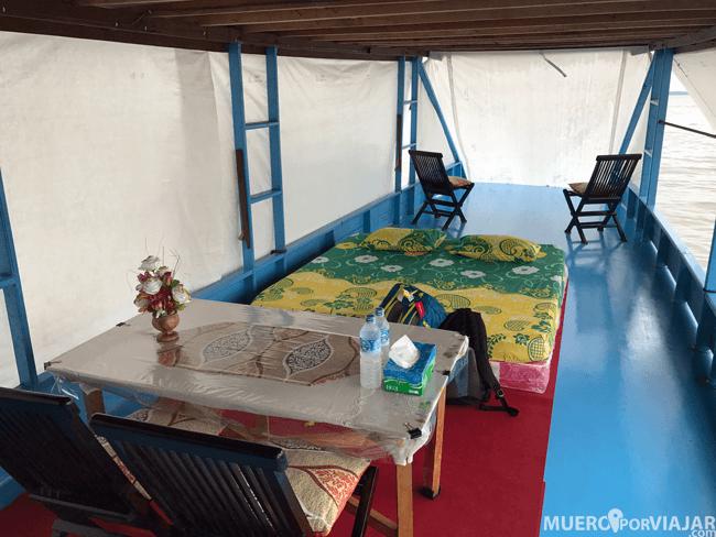 Cuando es la hora de dormir, la cubierta superior se transforma en una acogedora habitación
