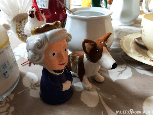 Nos encantó este salero y pimentero de la Reina Isabel II y un perrito