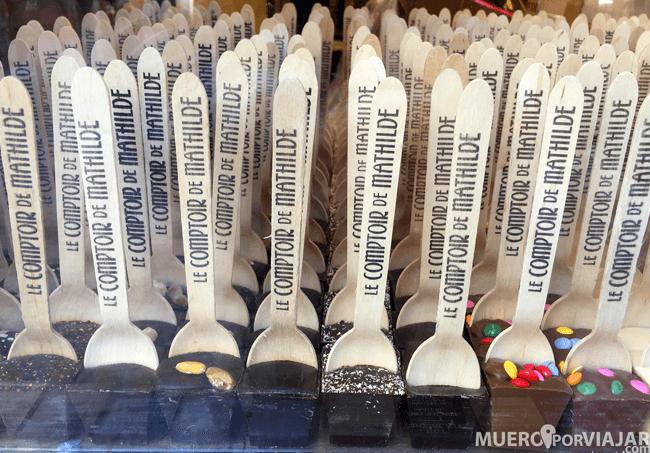 Esto nos llamó mucho la atención: son cucharas de madera con chocolate en la punta, super original!