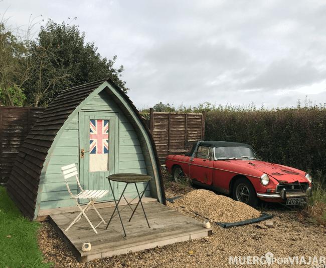 El jardín de la casa está decorado de forma muy inglesa, hasta tiene un coche clásico