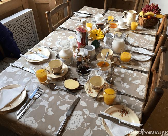 Por la mañana nos tenían preparada la mesa con todo lujo de detalles