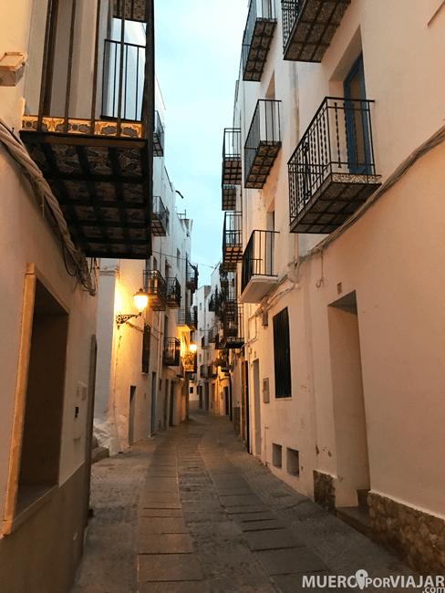 Es un placer perderse por las calles del casco antiguo de Peñíscola cuando empieza a anochecer