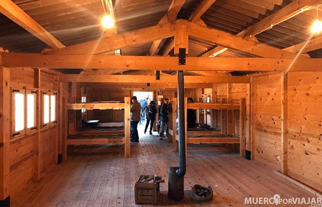 El interior de un barracón donde dormían los soldados