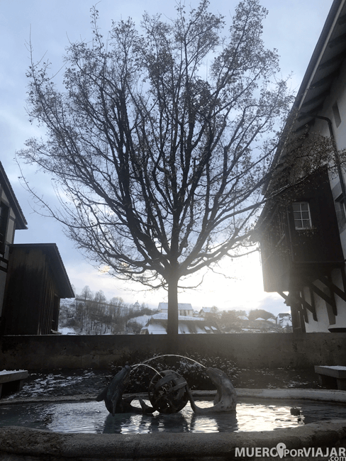 Fuente y atardecer en Friburgo