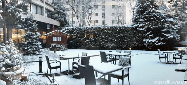 Terraza nevada del hotel Crowne Plaza Geneva