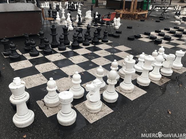 Nos gustó mucho encontrar los tableros de ajedrez en el ElParc des Bastions en Ginebra