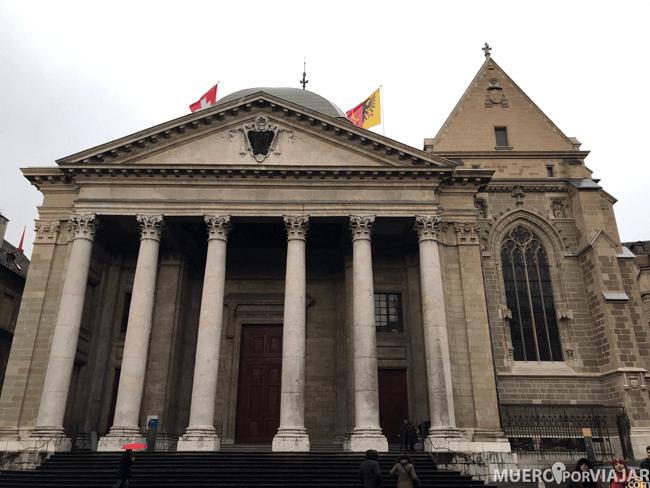 La fachada de La Catedral de Saint Pierre en Ginebra