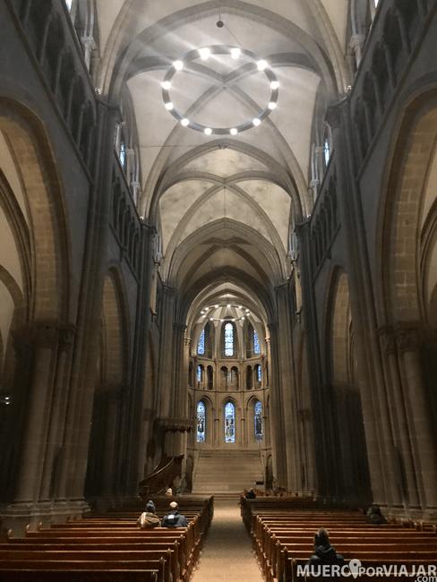 El inmenso interior de la Catedral de Saint Pierre en Ginebra
