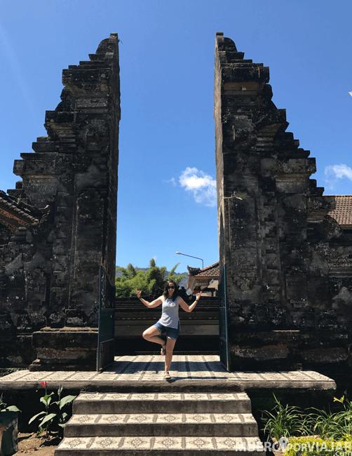 Con una de las famosos y típicas puertas indonesias de los templos