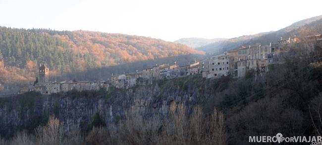 El pueblo de Castellfullit de la Roca situado en lo alto de una ladera