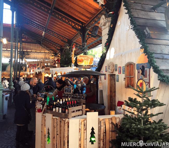 Interior del mercado navideño