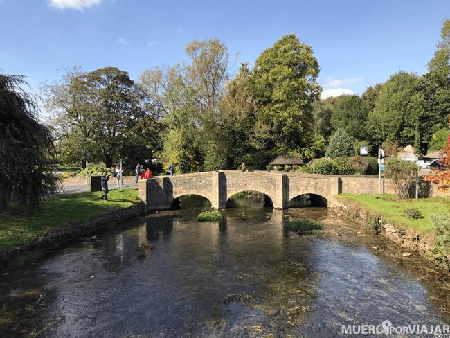 El pueblo Burton-on-the-water es conocido por su río y sus puentes