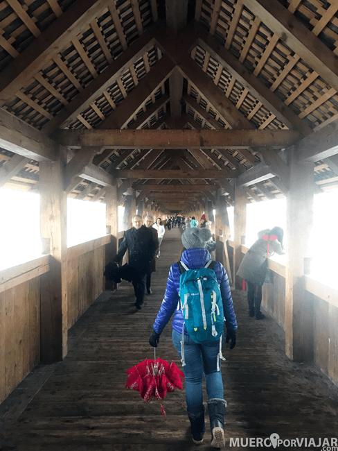 El puente de madera tiene un techo que protege de la lluvia o la nieve