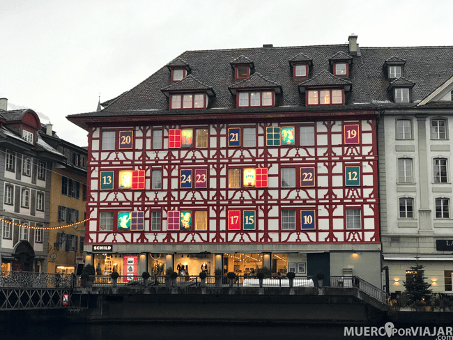 El edificio Schild Fashion House Giant Advent Calendar en Lucerna