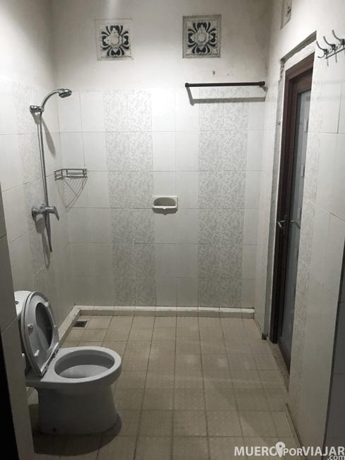 El baño de la habitación, también con las aberturas en las paredes