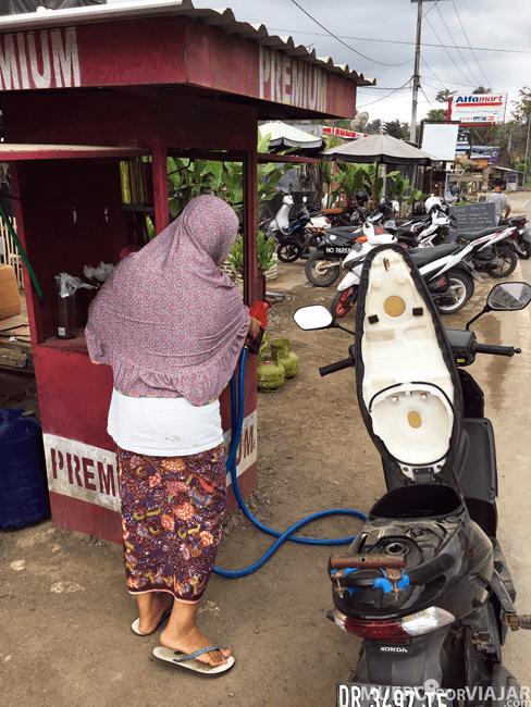 Poniendo gasolina en nuestra moto en Lombok