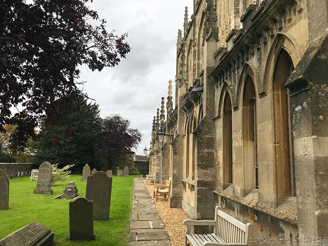 Todas las iglesias de la zona de los Cotswolds tienen una parte de cementerio