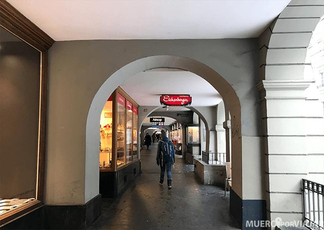 Las tiendas y casas se sitúan en el interior de los arcos que hay en los lados de la calle