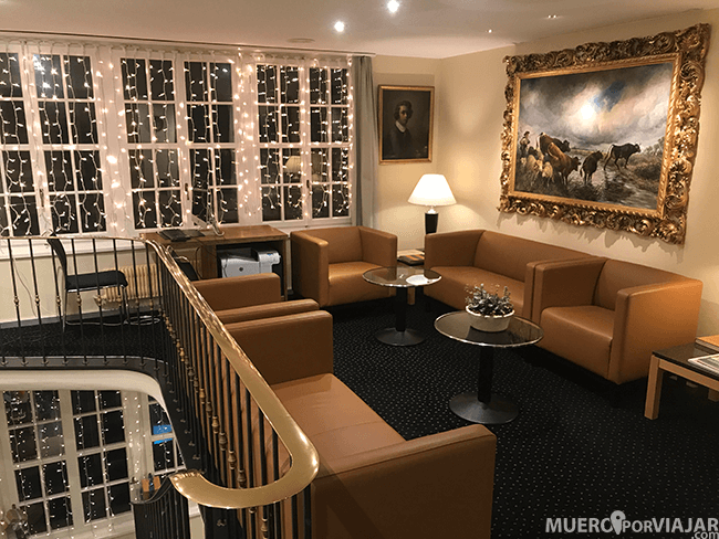 El hotel está preciosamente decorado, tiene muchos detalles de artistas