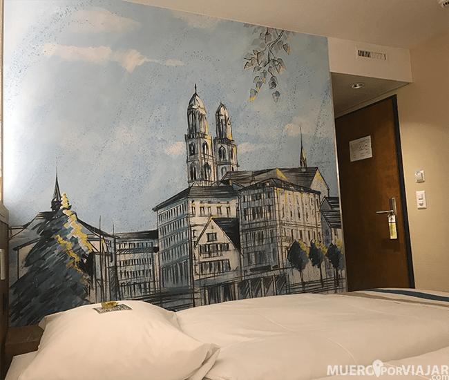 Una cosa que nos gustó mucho es la decoración y las pareces pintadas con zonas de la ciudad de Zurich