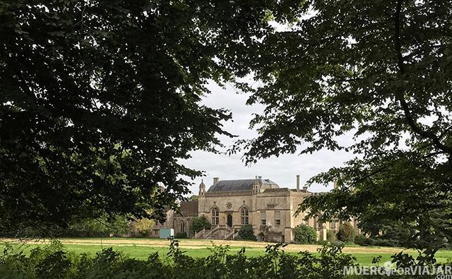 LaLacock Abbey es muy bonita pero para entrar a visitarla hay que pagar entrada