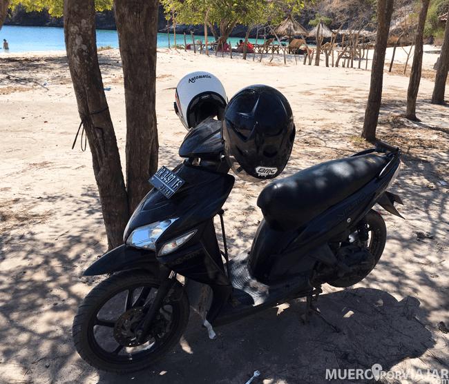 Nuestra moto en las playas de Lombok