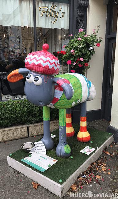 Una divertida estatua colorida de la oveja Cotswold, de la cual coge el nombre la zona