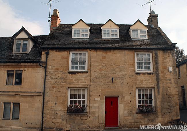 Las casas de Stow-on-the-wold en los Cotswolds son muy pintorescas y tienen las puertas llamativas