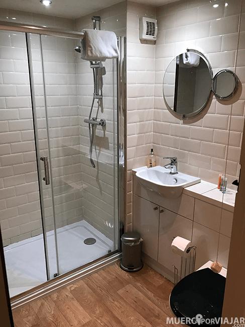 El baño muy moderno y limpio