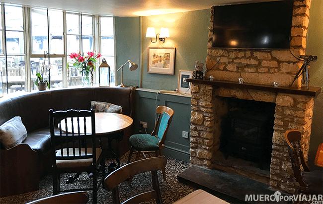 Como todo buen Pub Inglés, hay una zona de más relax con chimenea