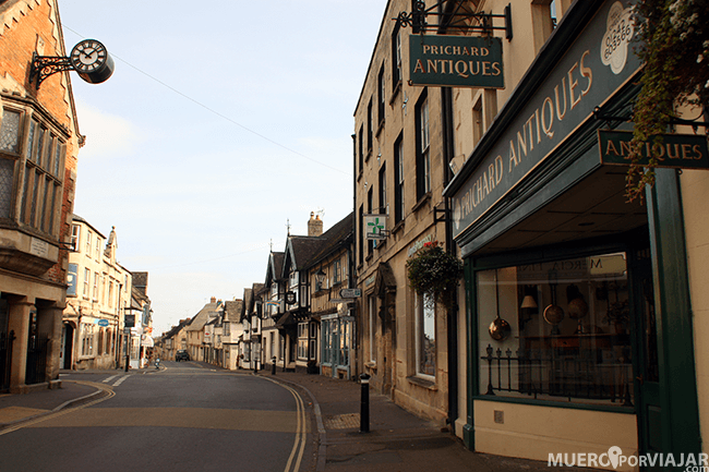 La calle principal en Wichcombe en los Cotswolds