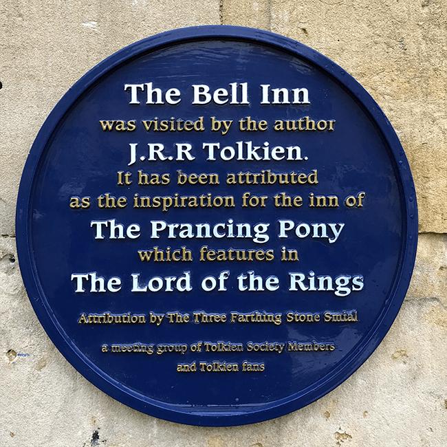Placa que certifica que JRR Tolkien usó este pub par inspirarse en El Señor de los Anillos