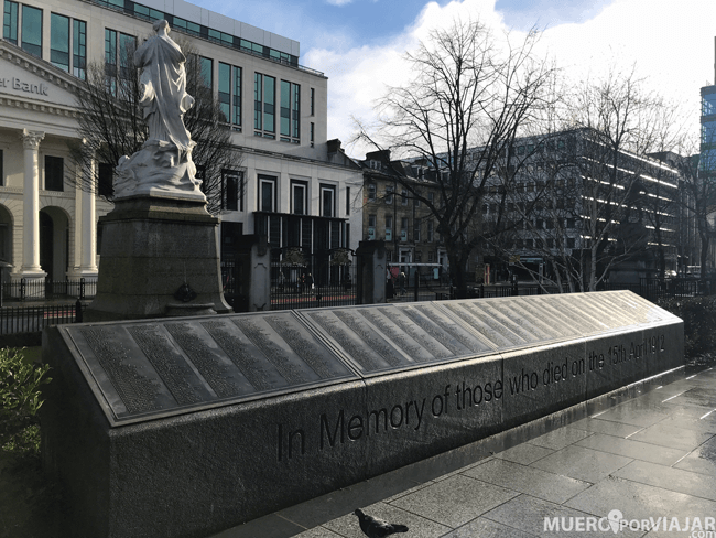 Placa con los nombres de los fallecidos en el Titanic - Belfast