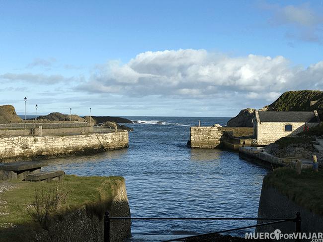El pequeño pueblo costero y el puerto de Ballintoy en Irlanda del Norte