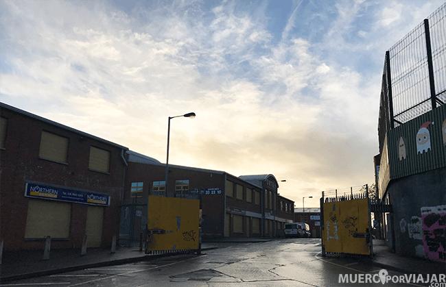 Una de las puertas de la muralla que separa los barrios católico y protestante en Belfast