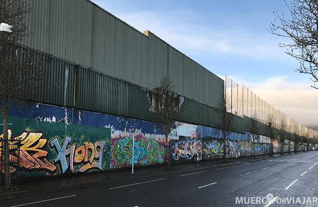 El muro de la parte protestante está mas dejado y casi todo pintado por encima