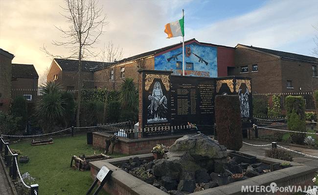 El garden of remembrance del barrio católico, dedicado a loa fallecidos durante el conflicto