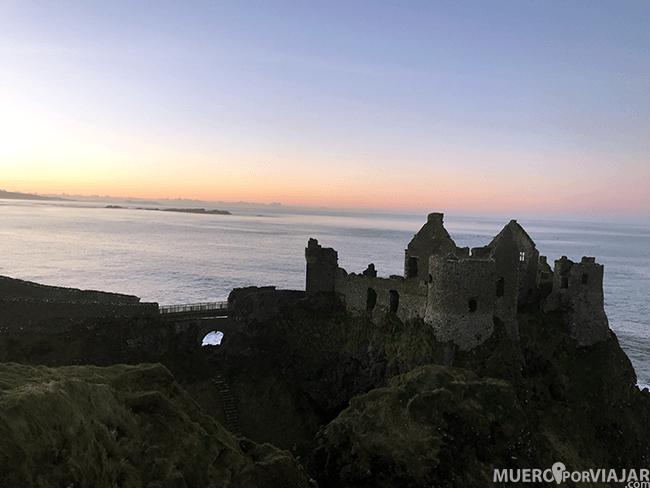 El Castillo de Dunluce en Irlanda del Norte al atardecer