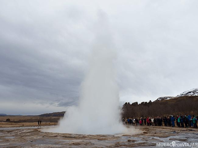 El punto más alto del geyser Strokkur puede alcanzar los 20 metros de altura, una de las paradas obligatorias del circulo dorado de Islandia