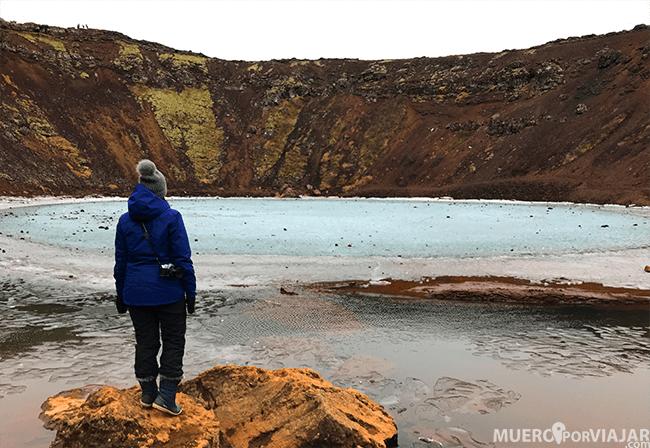 El lago azul en el cráter del volcan Kerið en Islandia dentro del circulo dorado