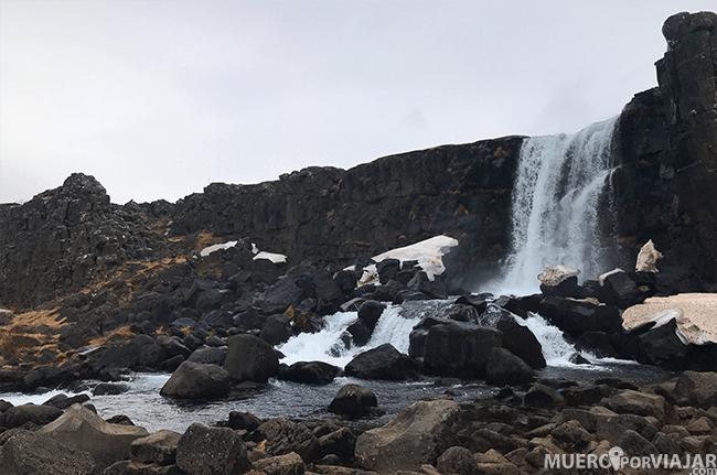La preciosa cascada de Öxarárfoss se encuentra después de caminar un rato por la falla