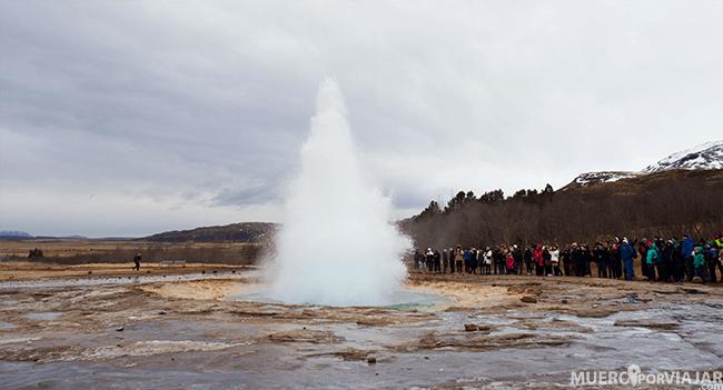 Cuando el geyser Strokkur entra en erupción hace un ruido característico, como de explosión