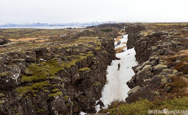La falla que divide los continentes de Euroasia y America en el parque de Thingvellir en Islandia